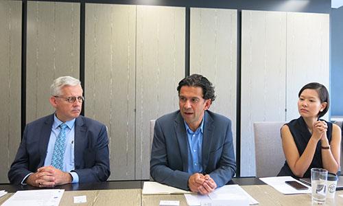 Giáo sư John Blaxland, ngoài cùng bên trái, và Giáo sư Michael Wesley, giữa, trong cuộc trao đổi với nhóm phóng viên ASEAN tại Canberra ngày 23/2. Ảnh: Việt Anh
