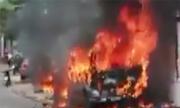Ôtô cháy ngùn ngụt khi đậu trên vỉa hè