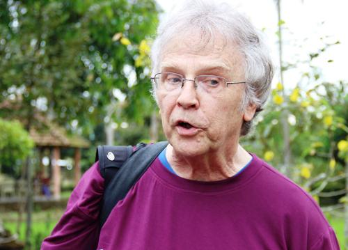 Cựu binh Mike Hastietrả lời báo giới tại khu chứng tích thảm sát Sơn Mỹ ạ.. Ảnh: Phạm Linh.