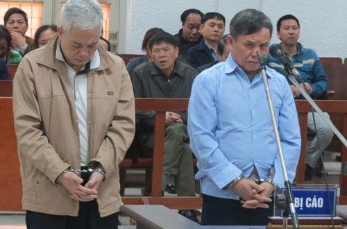 Hai anh em bị cáo Thắng (trái) và Lợi tại phiên sơ thẩm lần hai.