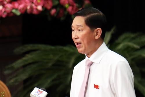 Phó chủ tịch UBND TP HCM Trần Vĩnh Tuyến đọc báo cáo 7 tờ trình.