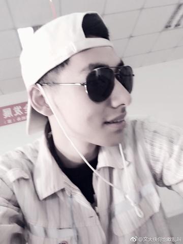 Nhân viên sân bay trong tâm điểm của cuộc tranh luận. Ảnh: Weibo.