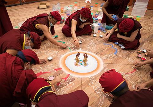 Các bậc Cao tăngDrukpa chế tác bức Mandala.