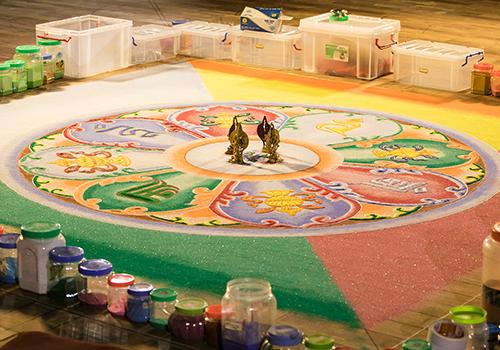 Theo nghĩa đen, Mandala chính là vũ trụ, bao gồm vòng bên ngoài và phần trung tâm tinh túy.