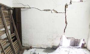 Làm thế nào nếu hàng xóm làm nứt tường, gây thấm dột nhà mình?