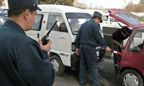 Cảnh sát giao thông Uzbekistan cũng sẽ được trang bị đồng phục mới, bởi bộ đồng phục màu xanh đen hiện tại khiến họ như thể tàng hình. Ảnh: AFP.