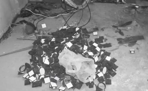 Vỏ hộp trang sức vứt tại hiện trường.