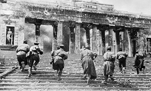 Các chiến sĩ Hồng quân Liên Xô trong trận chiến bảo về thành phố cảng Sevastopol năm 1942. Ảnh: RBTH.