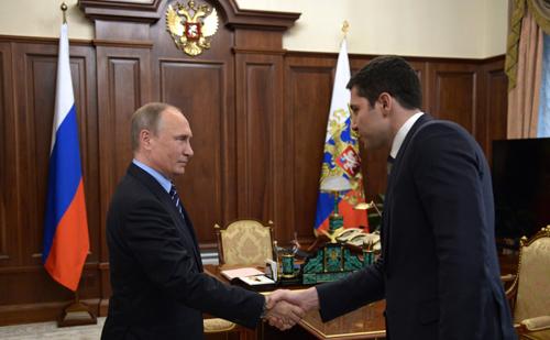 Thống đốc Anton Alikhanov (phải) bắt tay Tổng thống Nga Vladimir Putin năm 2016. Ảnh: Wikimedia.