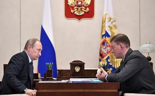 Andrei Turchak, 42 tuổi, thống đốc vùng Pskov, báo cáo với ông Putin năm 2016. Ảnh: Kremlin.ru.