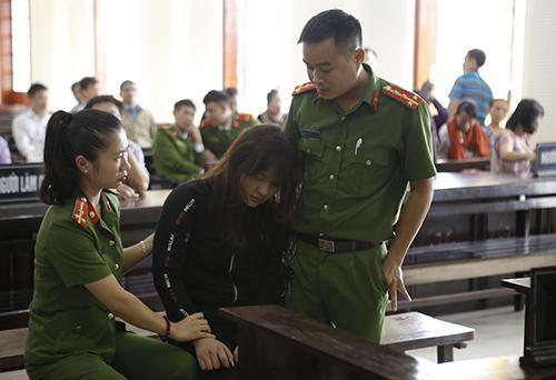 Bị cáo Hồ Thị Huệ khụy xuống đất khi nghe tuyên án. Ảnh:Hải Bình.