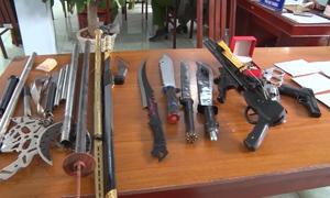 Cảnh sát thu nhiều đao, súng khi bắt băng buôn ma túy