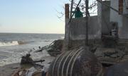Hàng chục căn nhà bị sóng biển Phan Thiết đánh sập