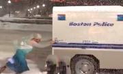 'Nữ hoàng băng giá Elsa' giải cứu ôtô bị kẹt trong tuyết