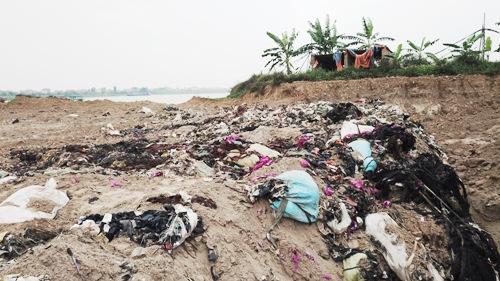Một bãi chôn rác thải công nghiệp trái phép bên bờ sông Thái Bình, xã Hiệp Cát, huyện Nam Sách (Hải Dương)vừa được phát hiện lên đến10.000m3. Ảnh: Giang Chinh