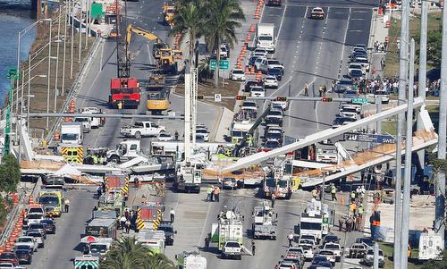 Lực lượng cứu hộ đang tìm kiếm nạn nhân bên dưới. Ảnh: Reuters.