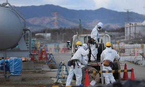 Công nhân thực hiện tẩy xạ và tái thiết nhà máy điện hạt nhânFukushima Daiichi thuộc sở hữu của công ty điện lựcTokyo sau thảm họa hạt nhân năm 2011. Ảnh: Epoch Times.