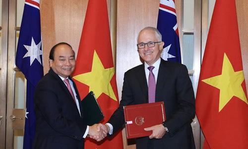 Thủ tướng Việt Nam Nguyễn Xuân Phúc, trái, và Thủ tướng Australia Turnbull ký Tuyên bố thiết lập Đối tác Chiến lược