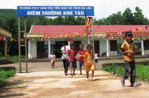 Học sinh miền núi ở Quảng Ninh đi học trong điều kiện khó khăn. Ảnh: Minh Cương