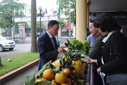 Thứ trưởng Trần Văn Tùng tham quan gian hàng nông nghiệp. Ảnh: Duy Tân.