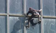 'Người Nhện' Pháp tay không chinh phục tòa nhà cao 48 tầng