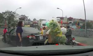 Nữ tài xế quay đầu ôtô trên cầu, gây gổ người đi xe máy
