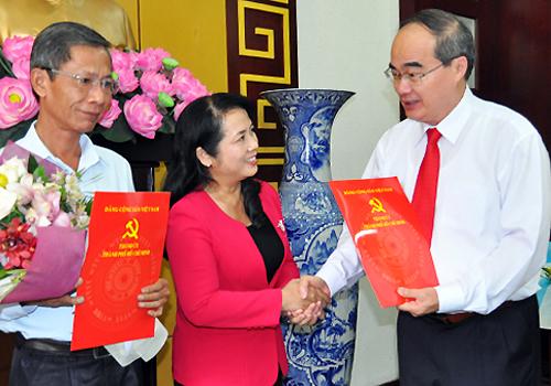 Bí thư Thành ủy TP HCM Nguyễn Thiện Nhân trao các quyết định bổ nhiệm nhân sự. Ảnh: Thiên Ngôn.