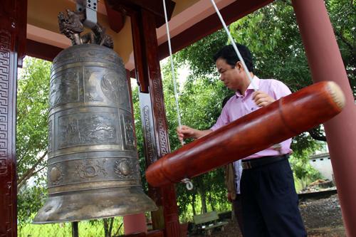 Phó Chủ tịch tỉnh Quảng Ngãi Đặng Ngọc Dũng thử chuông đồng trước Lễ tưởng niệm.