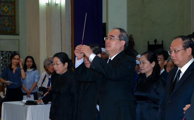 Nhiều đoàn lãnh đạo viếng cố Tổng giám mục Phaolô tại nhà thờ Đức Bà