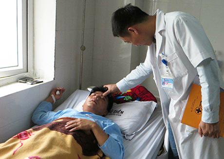 Thầy Thủy đang nằm điều trị tại Bệnh viện Đa khoa Phủ Diễn.