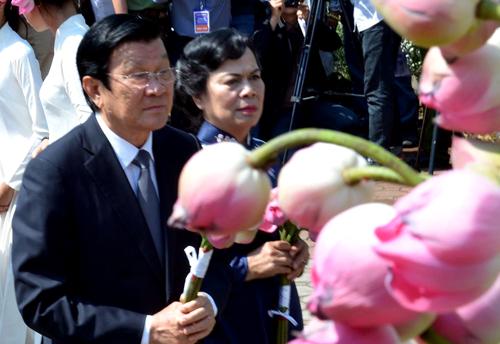 Nguyên Chủ tịch nước Trương Tấn Sang dâng hoa sen tưởng nhớ 504 người dân Mỹ Lai bị sát hại. Ảnh:Phạm Linh.