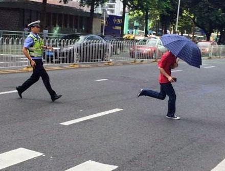 Cảnh sát chạy đuổi theo một người đi bộ sang đường không theo quy định ở Thượng Hải. Ảnh: Weibo.