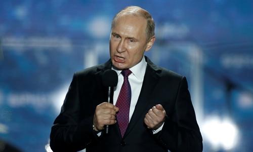 Putin đến Crimea ngày 14/3. Ảnh: Reuters.