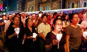 Dòng người rước linh cữu Tổng giám mục Phaolô trong đêm
