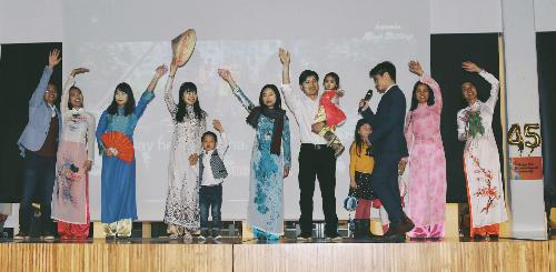 Du học sinh mang áo dài từ Việt Nam sang và mượn của kiều bào tại Bỉ.