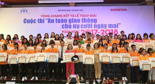 Ban tổ chức cuộc thi trao giải cho những giáo viên, học sinh có bài thi tốt nhất trong chương trình.