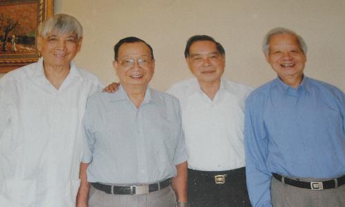 Từ trái qua: Nhà thơ Việt Phương; ông Trần Đức Nguyên - nguyên Trưởng ban nghiên cứu của Thủ tướng Phan Văn Khải; nguyên Thủ tướng Phan Văn Khải và ông Trần Xuân Giá. Ảnh tư liệu.