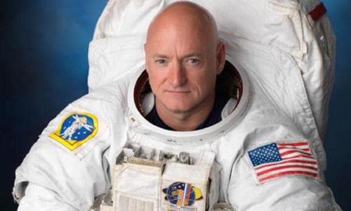 Scott Kelly tham gia nghiên cứu về phi hành gia song sinh của NASA. Ảnh: CBS News.