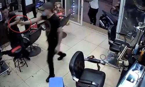 Nam thanh niên rút vật nghi là súng ra đe dọa. Ảnh: Cắt từ video.