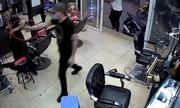 """Côn đồ 'đổ bộ"""" vào tiệm tóc, gây thương tích cho ông chủ"""