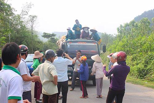 Người dân huyện Đức Thọ chặn xe tải chở rác vào bãirác Phượng Thành sáng 17/3. Ảnh: Đức Hùng