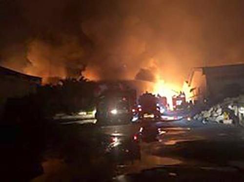 Hàng nghìn m2 nhà xưởng ở Đồng Nai bùng cháy dữ dội. Ảnh: Phước Tuấn
