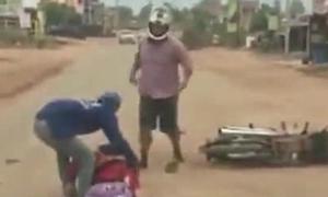 Người đàn ông vừa lái xe máy vừa liên tục đánh vợ