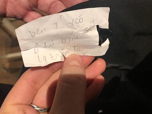 Mẩu giấy có dòng chữ tiếng Việt mà Caitlin tìm thấy trong chiếc quần mới mua. Ảnh: Sun