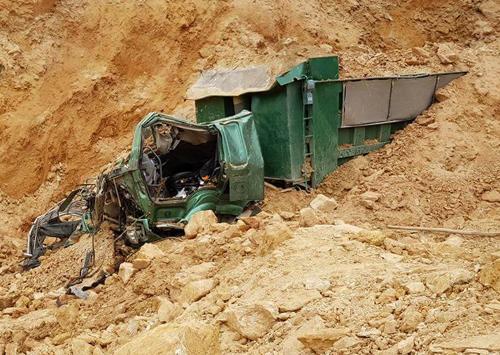 Vu sập mỏ đất làm chiếc xe biến dạng, lái xe tử vong. Ảnh: V.H.