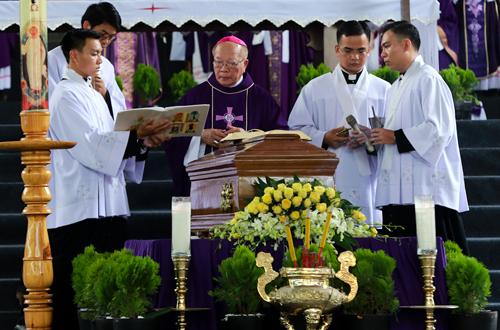 Giám mục Antôn Vũ Huy Chương - Giám mục giáo phận Đà Lạt thực hiện nghi thức phó dâng. Ảnh: Quỳnh Trần