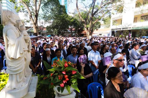 Hàng nghìn giáo dân đến Trung tâm mục vụ giáo phận TP HCM để dự lễ an táng cố Tổng giám mục Phaolô Bùi Văn Đọc. Ảnh: Quỳnh Trần