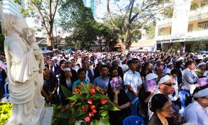 Hàng nghìn giáo dân TP HCM đưa tiễn Tổng giám mục Phaolô