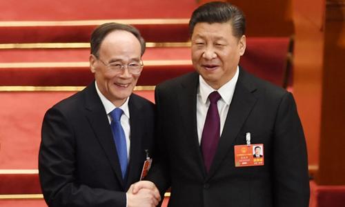Ông Vương Kỳ Sơn (trái) bắt tay với ông Tập Cận Bình sau khi đắc cử vị trí phó chủ tịch. Ảnh: AFP.