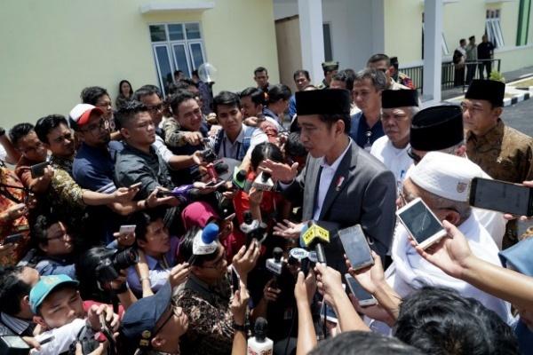 Tổng thống Indonesia trả lời phỏng vấn với báo chí. Ảnh: